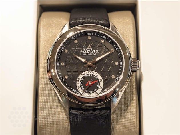 Une montre MMT plus féminine, chez Alpina. On retrouve le même sous-cadran à deux aiguilles, et la même couronne à bouton-poussoir.