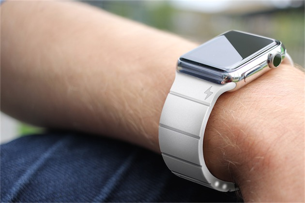 Un bracelet Reserve Strap, très discret malgré la présence d'une batterie intégrée.